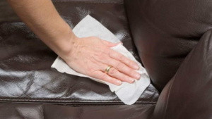 Почистить диван из экокожи