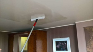 мыть натяжные потолки